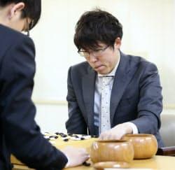 準決勝で柯潔九段(左)に敗れ、対局を振り返る井山裕太王座(19日、東京都千代田区)
