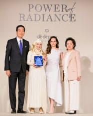 第1回の表彰者はユニセフ親善大使のマズーン・メレハンさん(左から2人目)