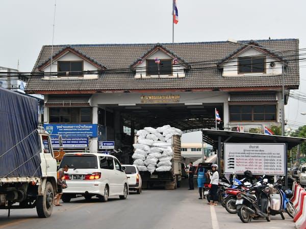 現行のタイとミャンマーの国境はトラックなどで混雑が激しくなっている(18年3月)
