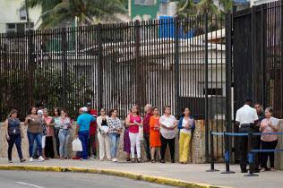 在キューバ米大使館前で列をつくる市民ら(18日、ハバナ)=ロイター