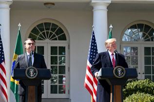 19日、記者会見するトランプ米大統領(右)とブラジルのボルソナロ大統領(ワシントン)
