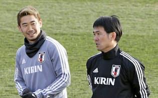 国際親善試合に向け集合し、言葉を交わす香川(左)と森保監督。W杯以来の代表で香川はどんなプレーをみせるか=共同