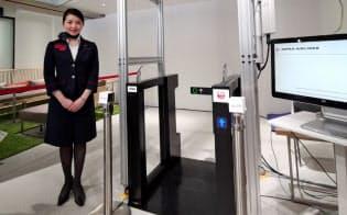 KDDIと日本航空が実施した実証実験「タッチレス搭乗ゲート」。5Gを使ってスマートフォンに格納した電子チケットをチェックすることにより、タッチ操作なくゲートを通過できる