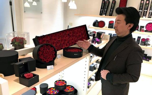 松村社長は「ギフト用のバラの品ぞろえを充実させた」と説明する(ローズギャラリー富山店)