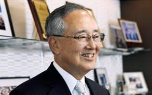 宮内義彦(みやうち・よしひこ) オリックスのシニア・チェアマン。 1935年神戸市生まれ。関西学院大商学部卒。米ワシントン大経営学修士(MBA)。リースを手始めに不動産、生命保険、銀行などへ事業領域を広げてきた金融サービス界の重鎮。最高経営責任者の在任期間は30年を超える。語り口はソフトながら、世の中の動きを分析する視点は鋭く、時に厳しい。現在も経営への助言を続けている。プロ野球オリックス・バファローズのオーナー、新日本フィルハーモニー交響楽団理事長の顔も持つ。近著に「私の経営論」(日経BP社)、「私の中小企業論」(同)、「私のリーダー論」(同)