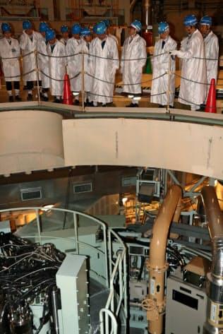 原子炉容器上部で燃料出し入れ経路について説明を受ける田中委員ら視察団(2017年5月、もんじゅ内)