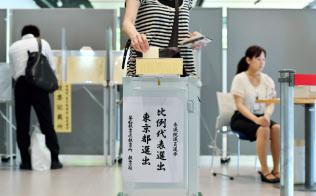 参院選はいつも夏の暑い時期の選挙戦となる(2016年7月10日、東京都千代田区)