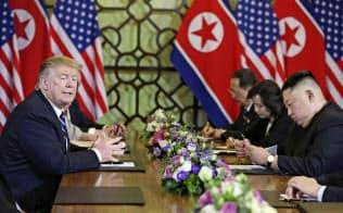 ハノイでの米朝首脳会談で、側近を加えた拡大会合に臨むトランプ米大統領(左)と北朝鮮の金正恩委員長=右(2月28日)=ロイター