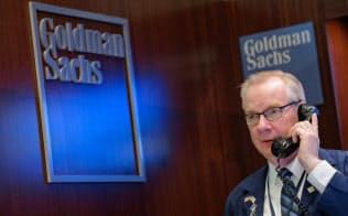 ニューヨーク証券取引所のゴールドマン・サックスのブースで働くディーラ-。同社は女性向けに1年間のディーラー研修制度を導入する=ロイター