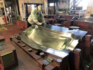 職人が手の感覚を研ぎすまして高い精度で金型を磨きあげる