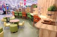 フードコートを刷新し、親子がくつろいで食事できるスペースを設けた(20日、福岡市)