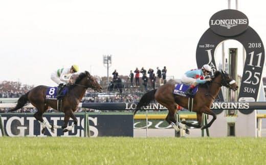 アーモンドアイ(右)は有力馬としてドバイ・ターフに出走する(昨年11月のジャパンカップ)=共同
