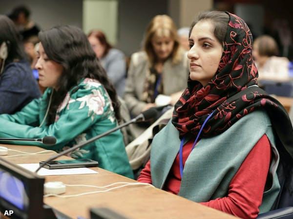 国連本部で開かれた「女性の地位に関する委員会」に出席するアフガニスタンのマーティン教育副大臣(右)(12日)=AP