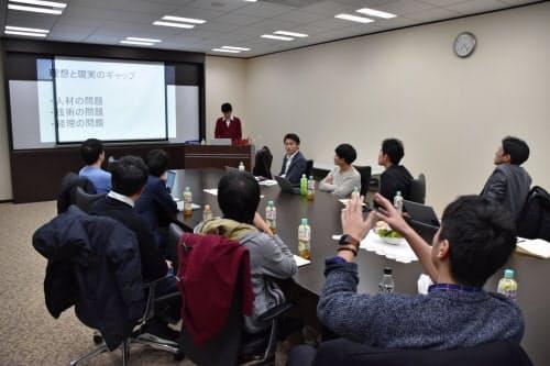 中小企業のアトツギたちが定期的に集まり、互いの新規事業や悩みについて相談し合う(大阪市)
