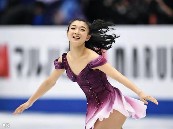 フィギュアスケート世界選手権の女子SPで演技を終え、笑顔の坂本花織(20日、さいたまスーパーアリーナ)=共同