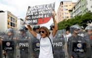 国連の調査団に対し、独裁政権の弾圧を訴えるベネズエラ国民(9日、カラカス)=ロイター