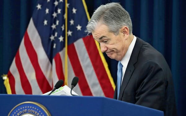かじ取りを誤ると、政策金利がゼロ近くに張り付き、金融政策が効かなくなる日本のような状況に陥る恐れが強まっている(パウエルFRB議長)=ロイター