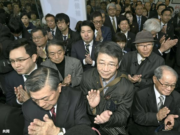 大阪府知事選が告示され、候補者の演説を聞く人たち(21日午前、大阪市)=共同