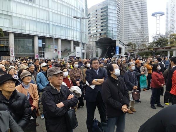 神奈川知事選の立候補者の演説を聞く県民ら