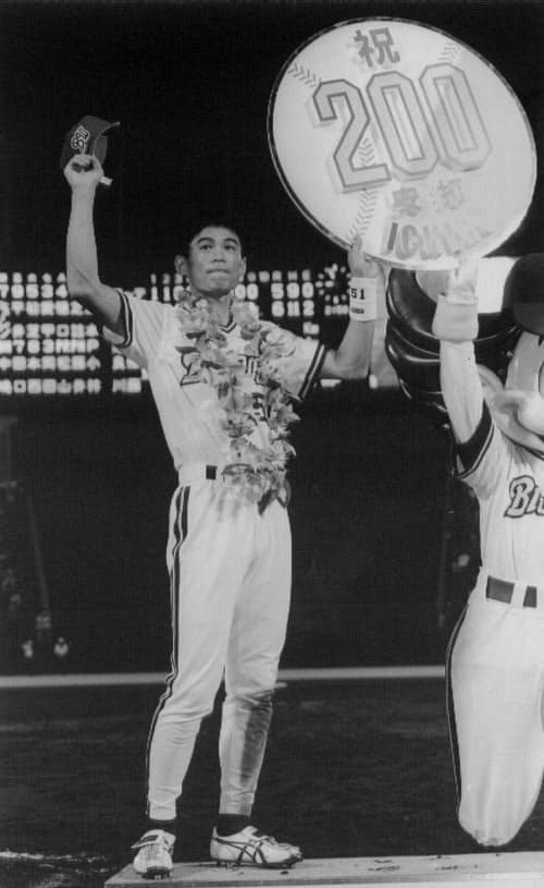 日本プロ野球史上初のシーズン200安打を達成し、ファンの声援に応えるオリックスのイチロー(1994年9月20日、グリーンスタジアム神戸)