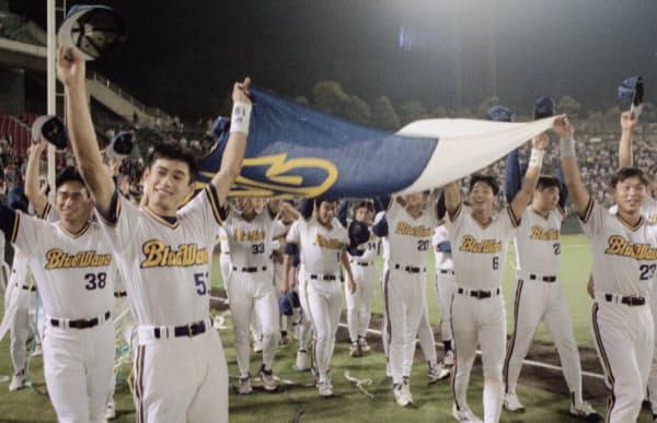 本拠地神戸が阪神大震災に見舞われた1995年にリーグ優勝し、球団旗を手にグラウンドを一周するイチロー(左から2人目)らオリックスナイン(1995年9月26日、グリーンスタジアム神戸)=共同