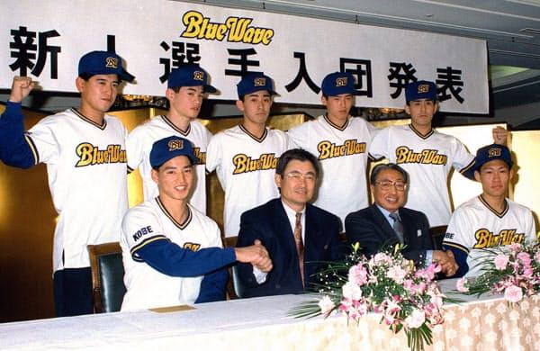 オリックス入団発表時のイチロー(後列左から2人目)。前列左からドラフト1位の田口、土井監督(1991年12月18日)=共同