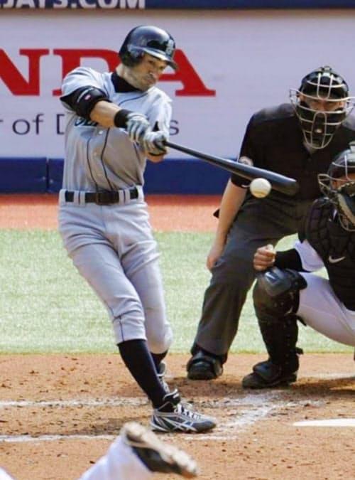 ブルージェイズ戦で、10年連続200安打を放つマリナーズのイチロー(2010年9月23日、ロジャーズ・センター)=共同