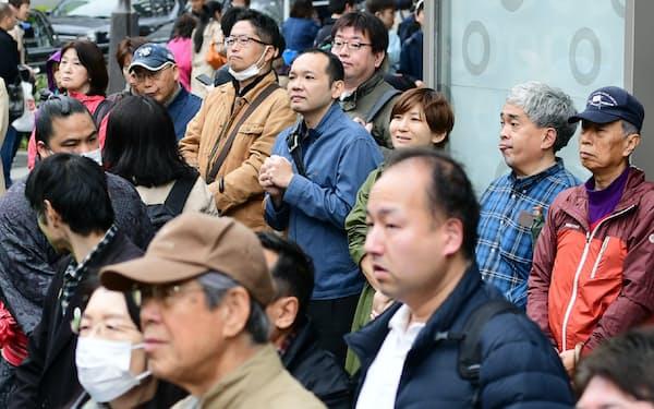 大阪府知事選が告示され、候補者の街頭演説を聞く有権者ら(21日、大阪市中央区)