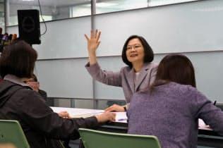 台湾の次期総統選の党内予備選の手続きをする蔡英文総統(21日、台北市内)