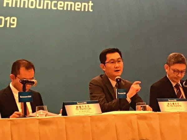 2018年12月期の決算記者会見に出席する騰訊控股(テンセント)の馬化騰・最高経営責任者(CEO)(写真中央、21日、香港)