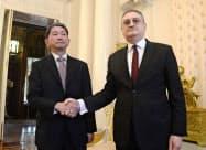 21日、日ロ平和条約交渉の協議に先立ち、モルグロフ外務次官(右)と握手する森外務審議官(モスクワ)=共同