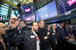 ニューヨーク証券取引所で取引開始の瞬間を腕組みをして待つリーバイ・ストラウスのチップ・バーCEO(中央右)=ロイター
