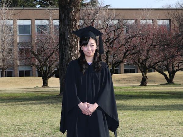 国際基督教大の卒業式に臨む秋篠宮家の次女、佳子さま(22日午前、東京都三鷹市)=代表撮影