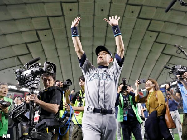 21日、東京ドームでの試合終了後に再登場し、歓声に応えながら場内を一周するマリナーズのイチロー外野手=共同