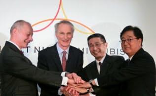 3社は記者会見で結束を強調した(左からルノーのティエリー・ボロレCEO、ジャンドミニク・スナール会長、日産の西川広人社長、三菱自の益子修会長兼CEO)