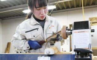 大内塗の技術を学ぶ研修で椀の木地を試作した山口県立大3年生の秀島円香さん(山口市)