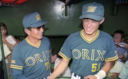 1994年9月、シーズン最多安打のプロ野球タイ記録を達成し、仰木監督(左)と握手する=共同