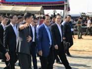 22日、高速道路の起工式に出席したカンボジアのフン・セン首相(中央)