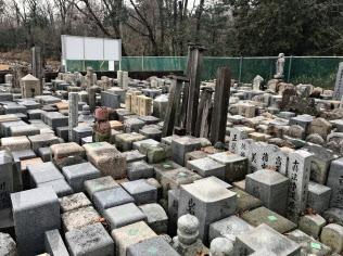 美匠が運営する「永代供養安置所」には5千基の墓石が並ぶ