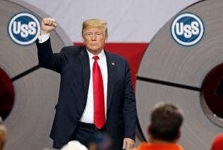 トランプ大統領は鉄鋼産業の復活を支持者に訴えてきた(18年7月、イリノイ州の鉄鋼工場)=AP