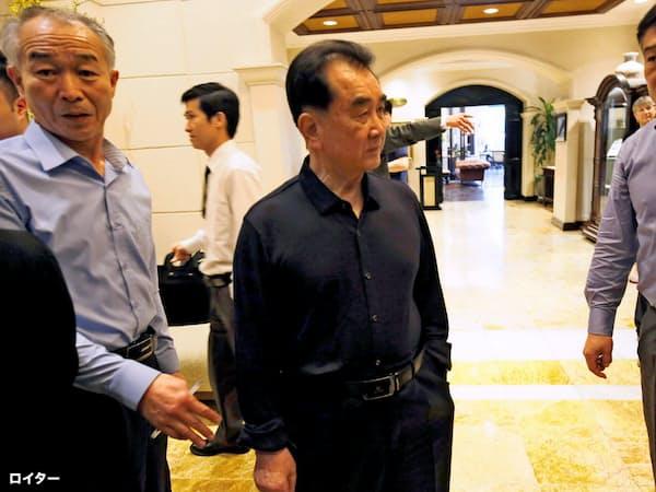 金正恩氏側近のキム・チャンソン氏(中央)は2月の米朝首脳会談前にもベトナム入りして現地調整を担った(2月、ハノイ)=ロイター