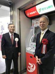 共同運営ATMをPRする橋本隆史南都銀頭取(左)と舟竹泰昭セブン銀社長(近鉄奈良駅)