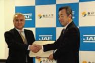 日本航空電子工業の小野原勉社長(右)と東京大学生産技術研究所の岸利治所長