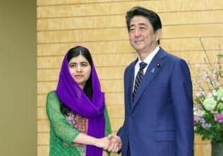 会談を前に安倍首相と握手するノーベル平和賞受賞者のマララ・ユスフザイさん(左)(22日、首相官邸)