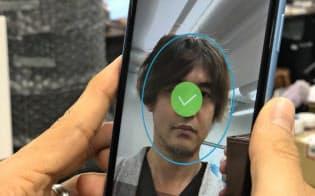 スマホで撮影した顔写真と、免許証などの画像で本人確認する(リキッドが開発中のシステム)