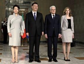 イタリアのマッタレッラ大統領(右から2人目)と記念写真を撮る中国の習近平国家主席(同3人目)=AP