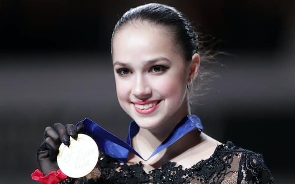優勝し、金メダルを手に笑顔のザギトワ=小幡真帆撮影
