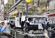 トヨタ自動車の車両を組み立てる工員(タイのバンポー工場)=小川望撮影