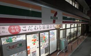 午前1時に閉店した店舗。防犯などのため店内の照明はついたままで午前5時にオープンする(22日未明、東京都足立区のセブン―イレブン本木店)