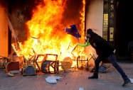 シャンゼリゼ通りでのデモは23日禁止となる(16日、パリで暴徒化するデモ参加者)=ロイター
